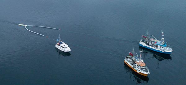 3 båter som gjør et marint sweepersystem som samler plastavfall fra havet